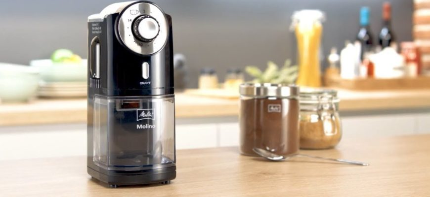 молоть кофе на кофемолке